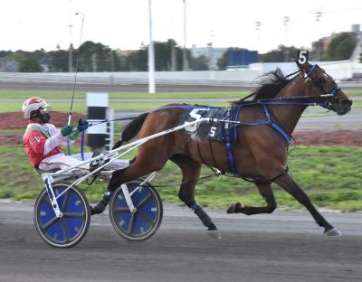 Keepall and driver Carol Voyer winning the Preferred-Handicap Trot at H3R
